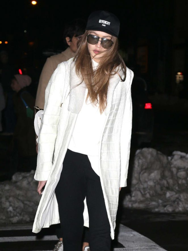 Gigi Hadid heading to her apartment -04