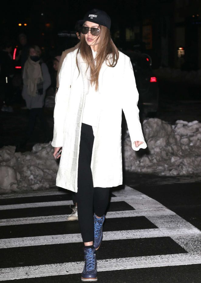 Gigi Hadid heading to her apartment -07