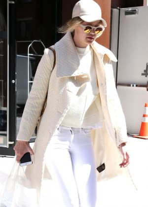 Gigi Hadid - Leaving her apartment in New York
