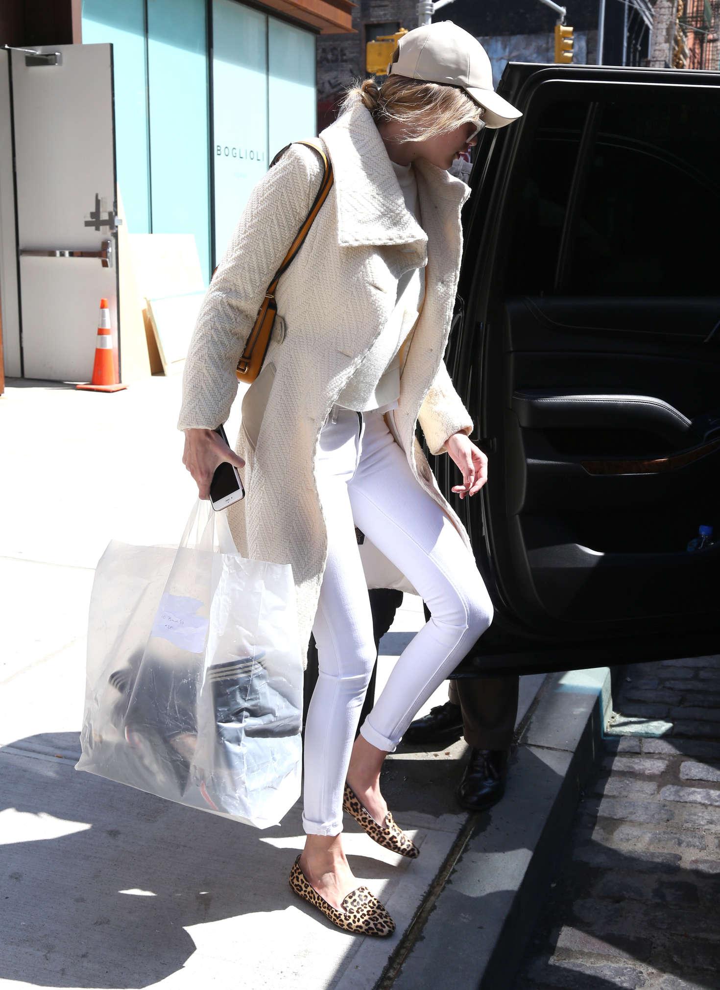 Gigi Hadid Leaving Her Apartment 36 Gotceleb Inside Flats Khaky 40 Full Size