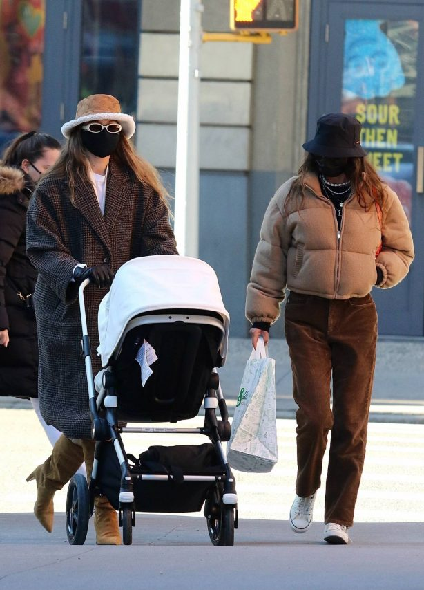 Gigi Hadid - Out for a stroll with her baby daughter in New York City