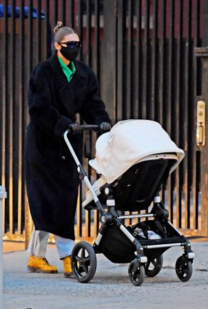 Gigi Hadid - Out with her daughter in New York