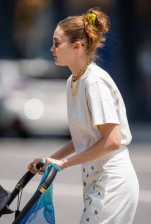 Gigi Hadid - Steps out with baby in New York City