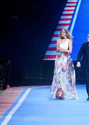 090456ea0 Gigi Hadid – Tommy Hilfiger Show Runway 2018 in Milan – GotCeleb