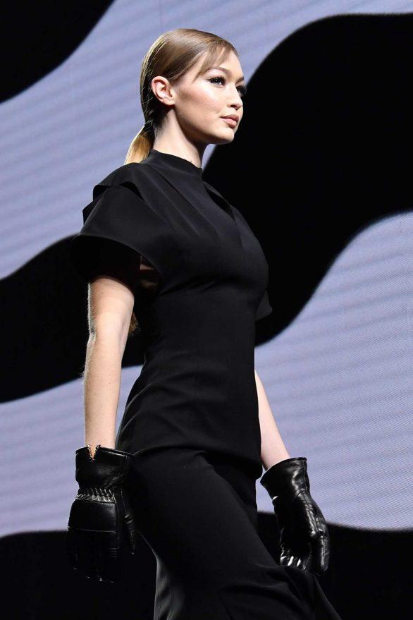Gigi Hadid - Versace Fashion Show in Milan