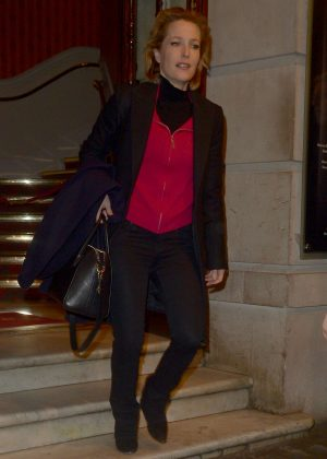 Gillian Anderson - Leaving a theatre in London