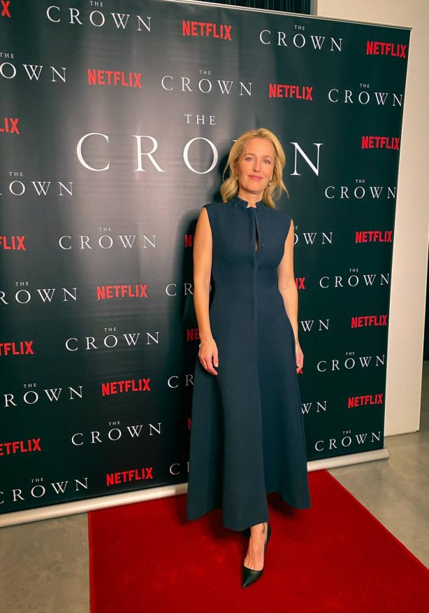 Gillian Anderson - Virtual premiere from his kitchen for 'the crown'