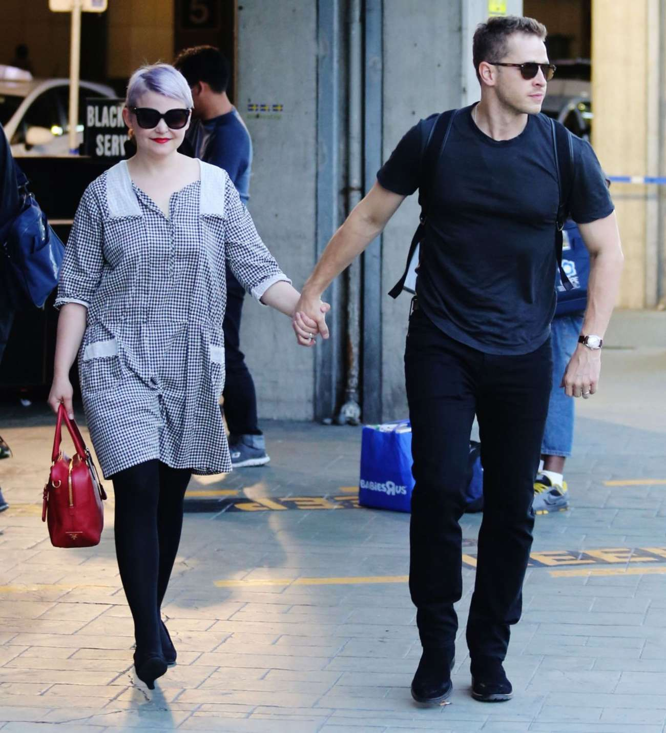 Ginnifer Goodwin at Airport in Vancouver -02
