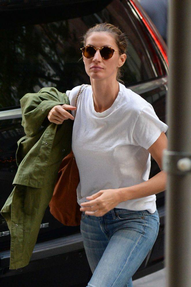 Gisele Bundchen - Arriving home in New York City