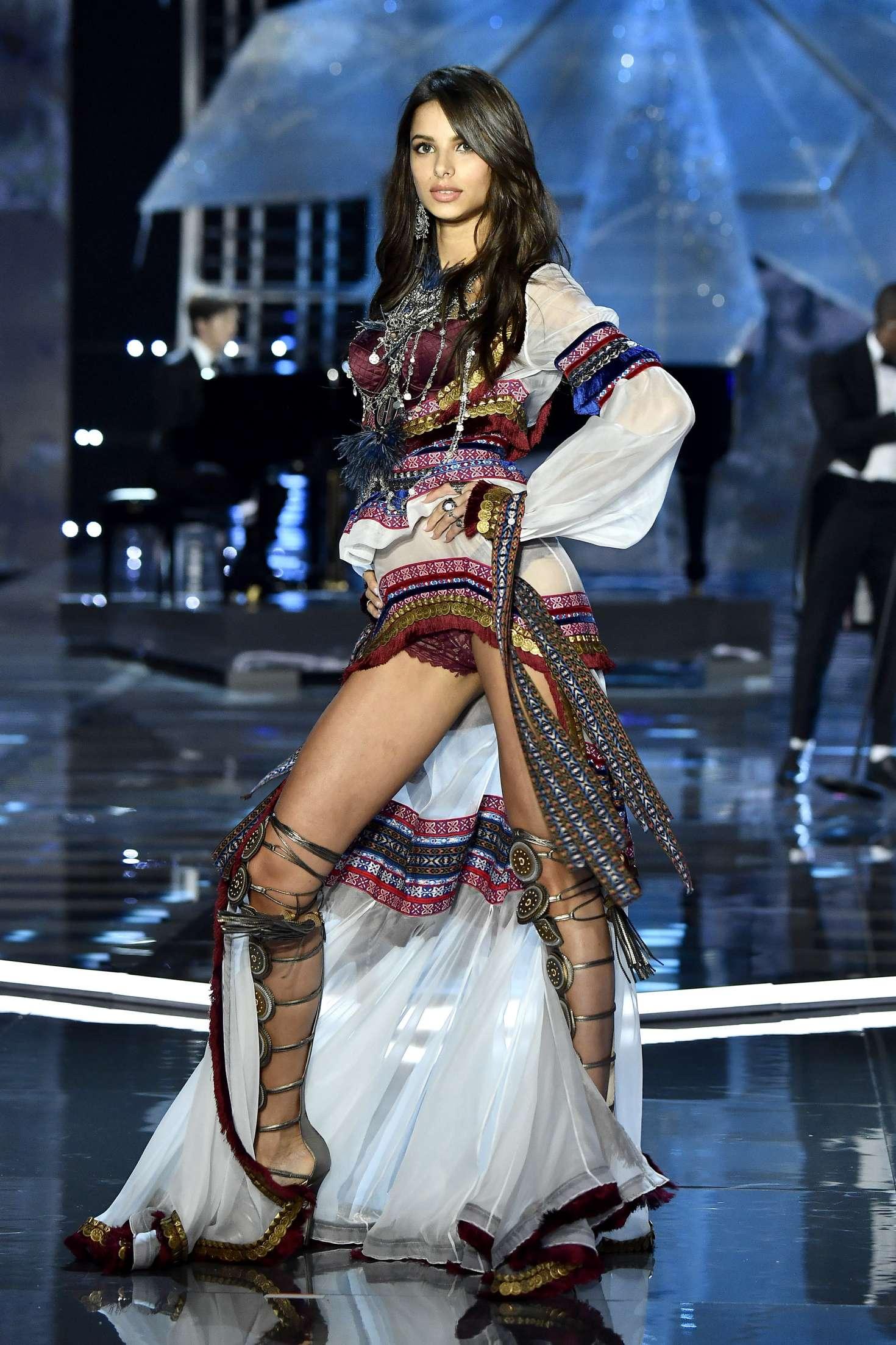 Gizele Oliveira - 2017 Victoria's Secret Fashion Show Runway in Shanghai