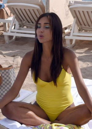 Gloria Patricia Contreras in Swimsuit on The Lady 3 set -21