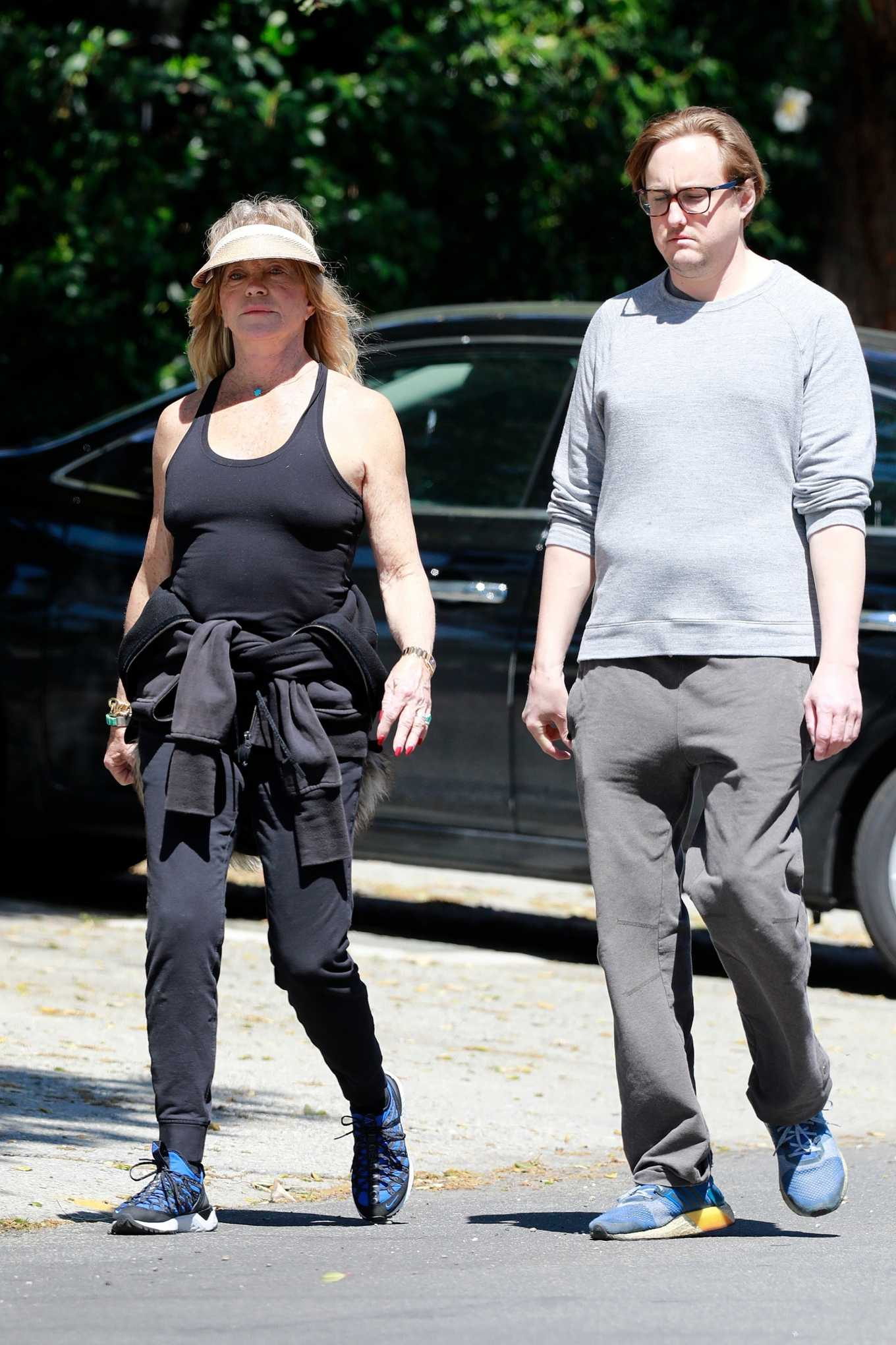 Goldie Hawn 2020 : Goldie Hawn and Boston Russell – Get a Walk in Brentwood-02