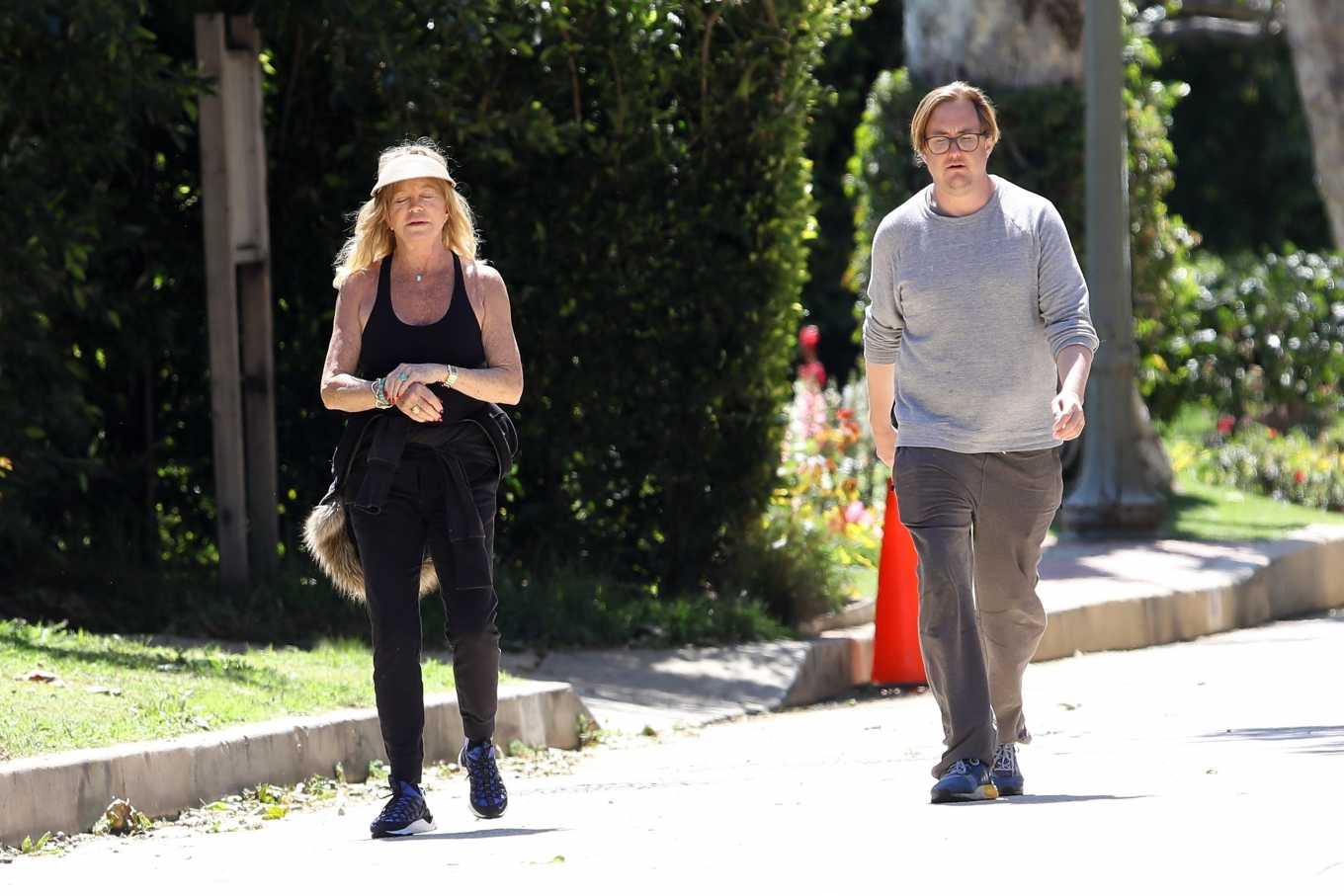 Goldie Hawn 2020 : Goldie Hawn and Boston Russell – Get a Walk in Brentwood-07