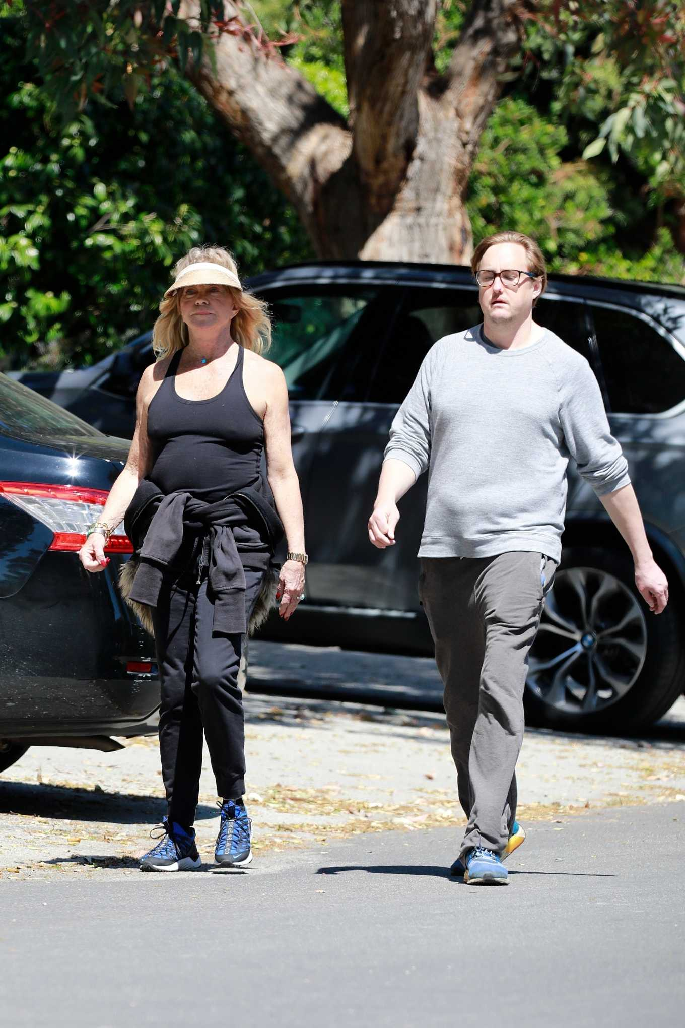 Goldie Hawn 2020 : Goldie Hawn and Boston Russell – Get a Walk in Brentwood-22