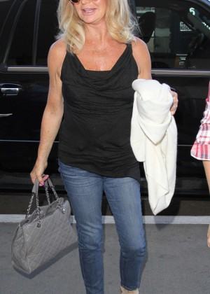 Goldie Hawn - Arrives at Los Angeles International Airport