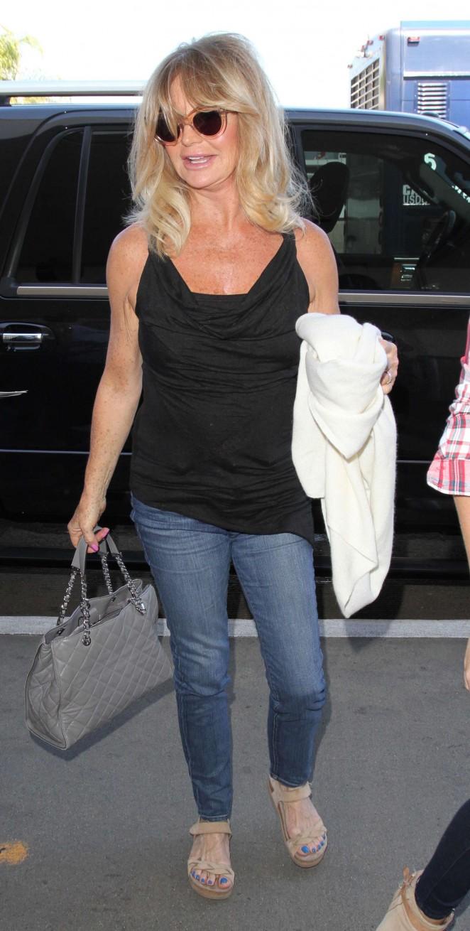 Goldie Hawn - Arrives at Los Angeles International Airport