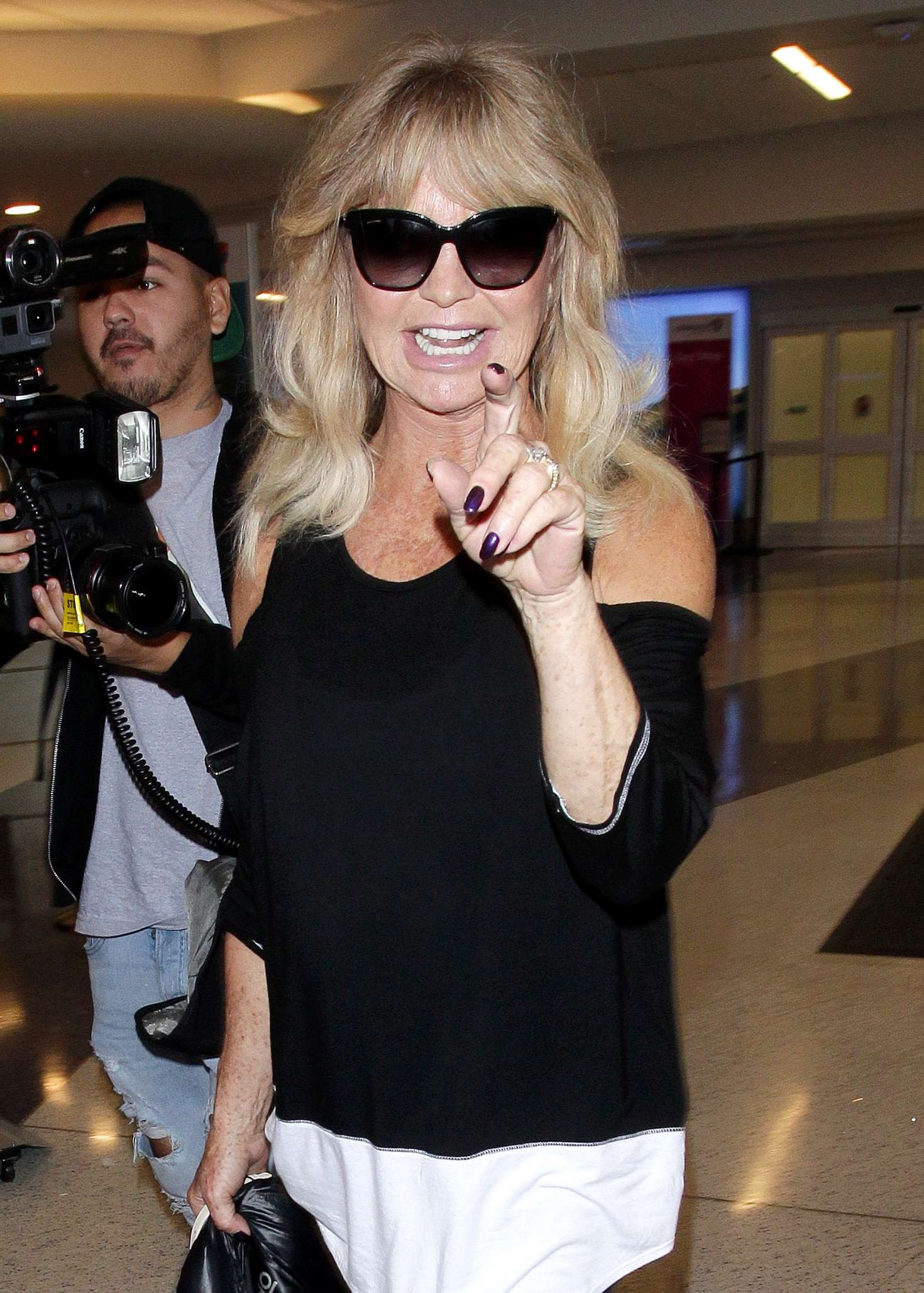 Goldie Hawn - Arrives at the Los Angeles International Airport in LA