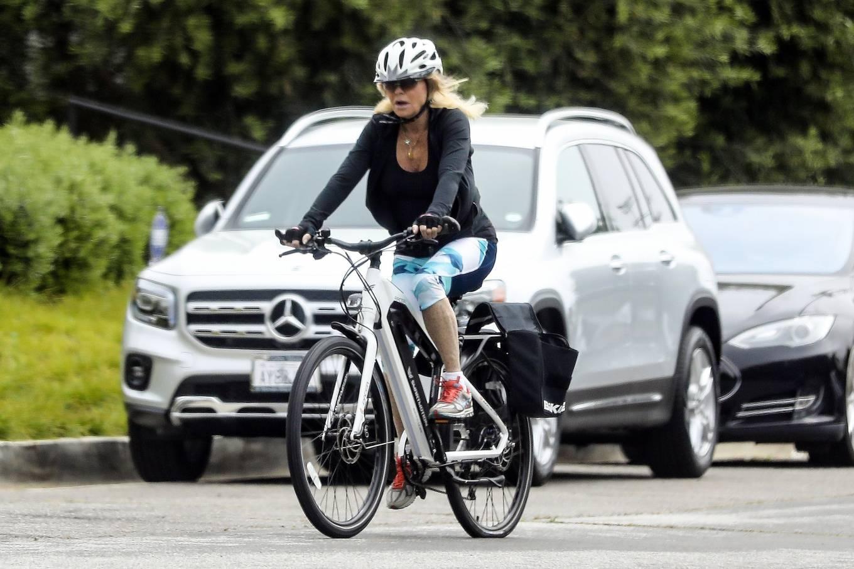 Goldie Hawn 2020 : Goldie Hawn – Bike Ride in Los Angeles-03