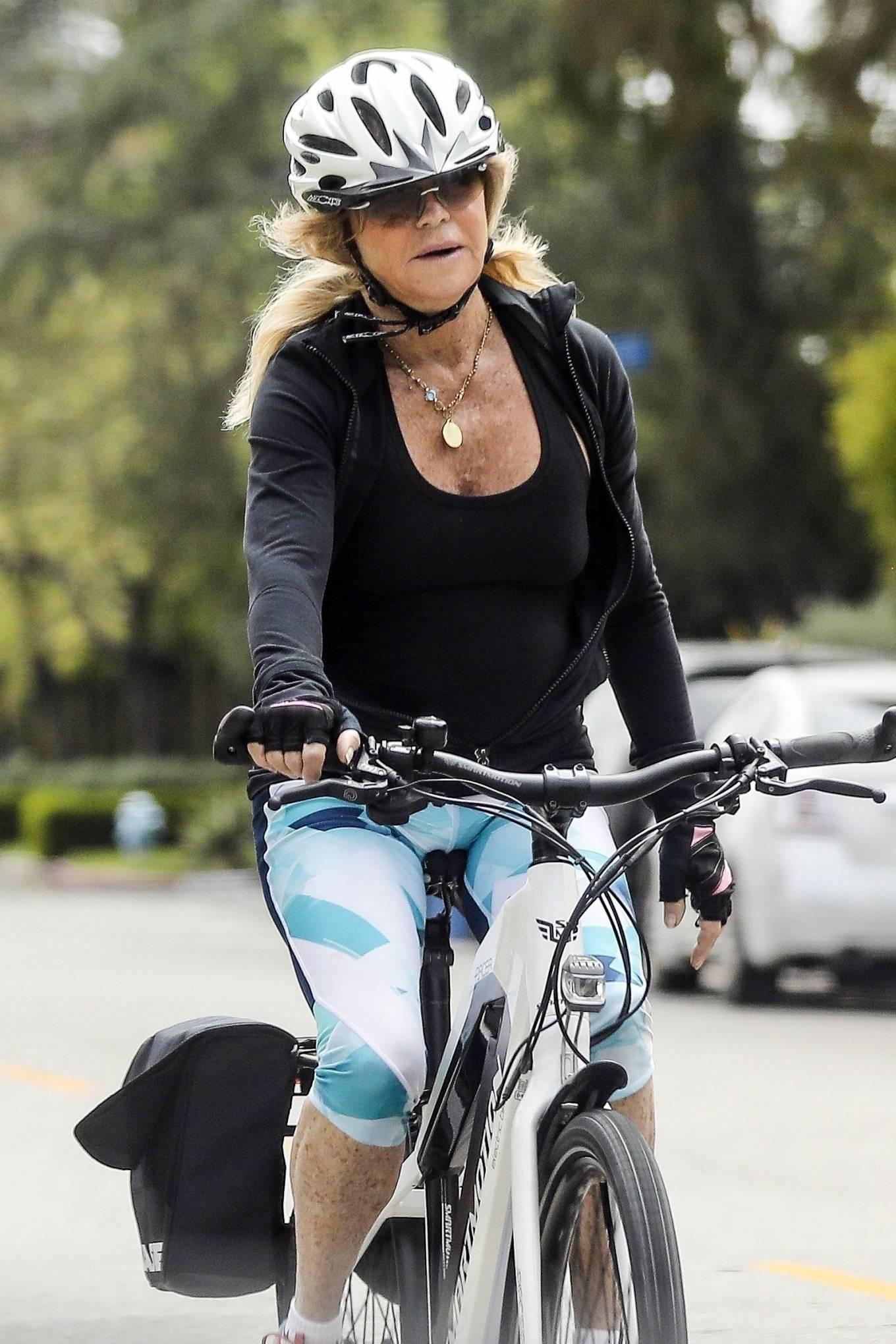 Goldie Hawn 2020 : Goldie Hawn – Bike Ride in Los Angeles-04