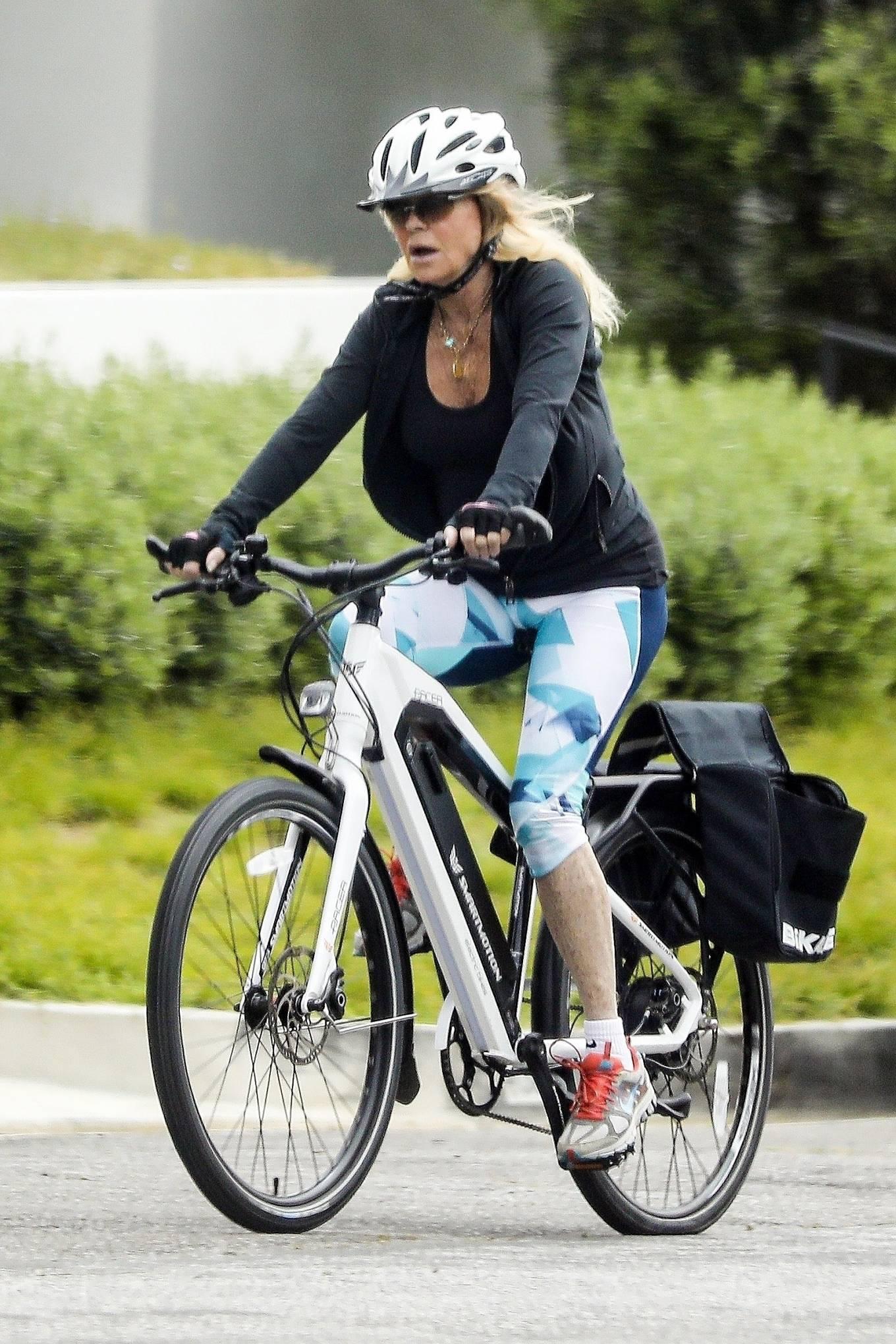 Goldie Hawn 2020 : Goldie Hawn – Bike Ride in Los Angeles-05
