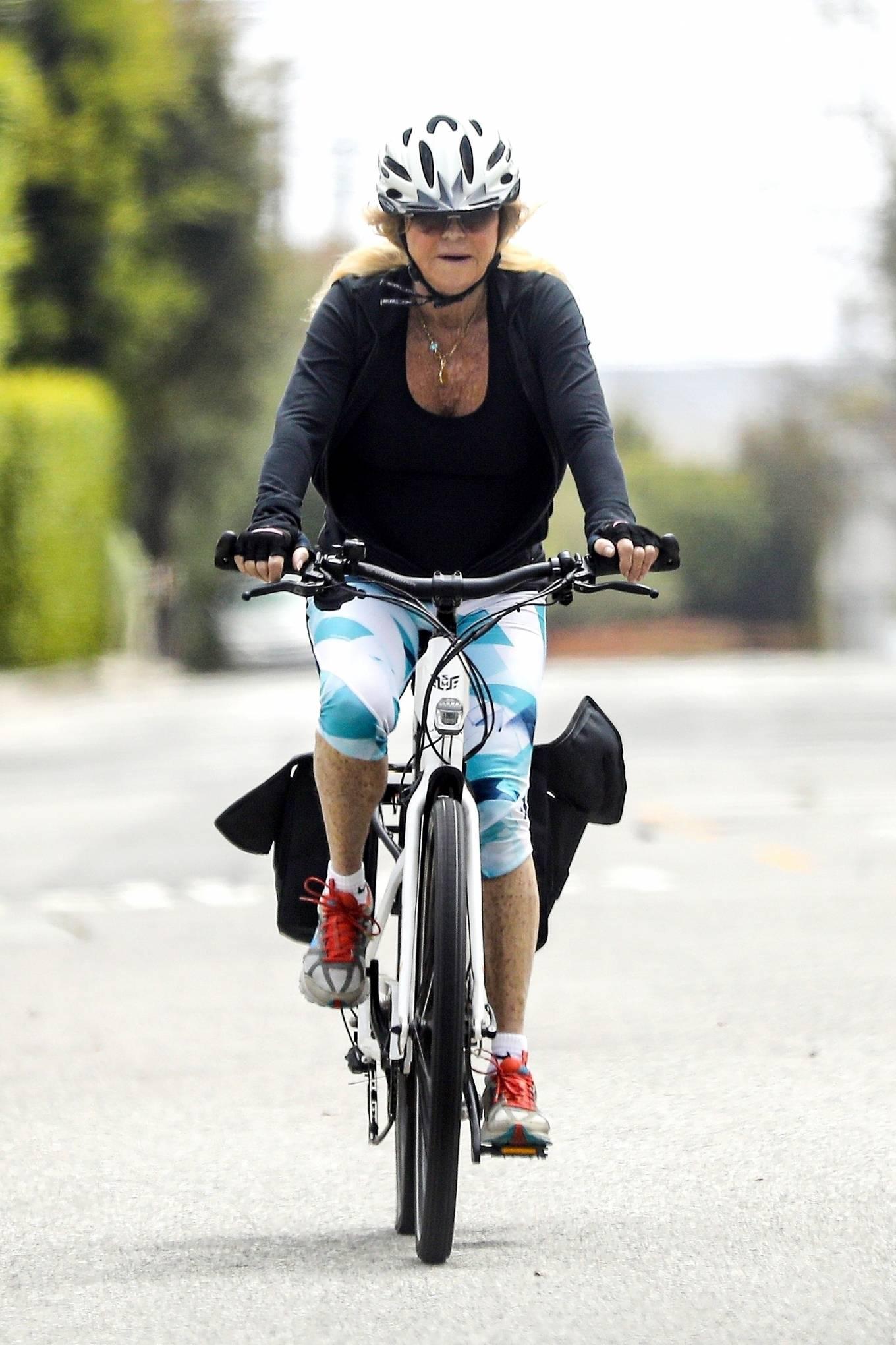 Goldie Hawn 2020 : Goldie Hawn – Bike Ride in Los Angeles-06