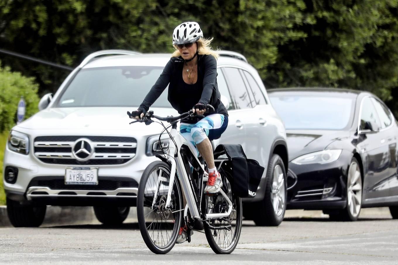 Goldie Hawn 2020 : Goldie Hawn – Bike Ride in Los Angeles-07