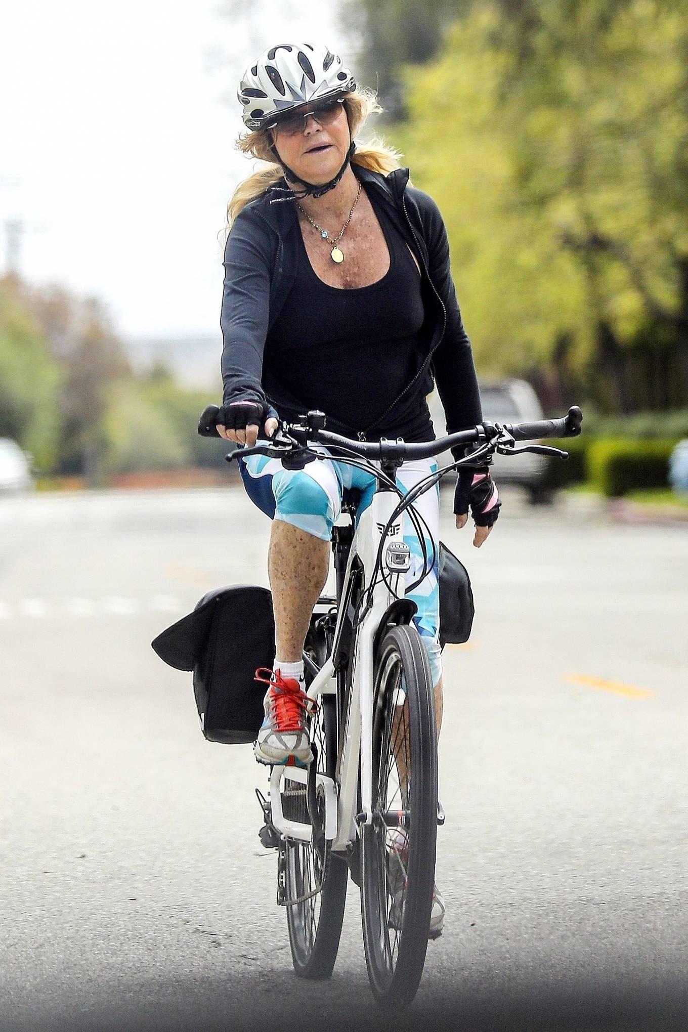 Goldie Hawn 2020 : Goldie Hawn – Bike Ride in Los Angeles-09