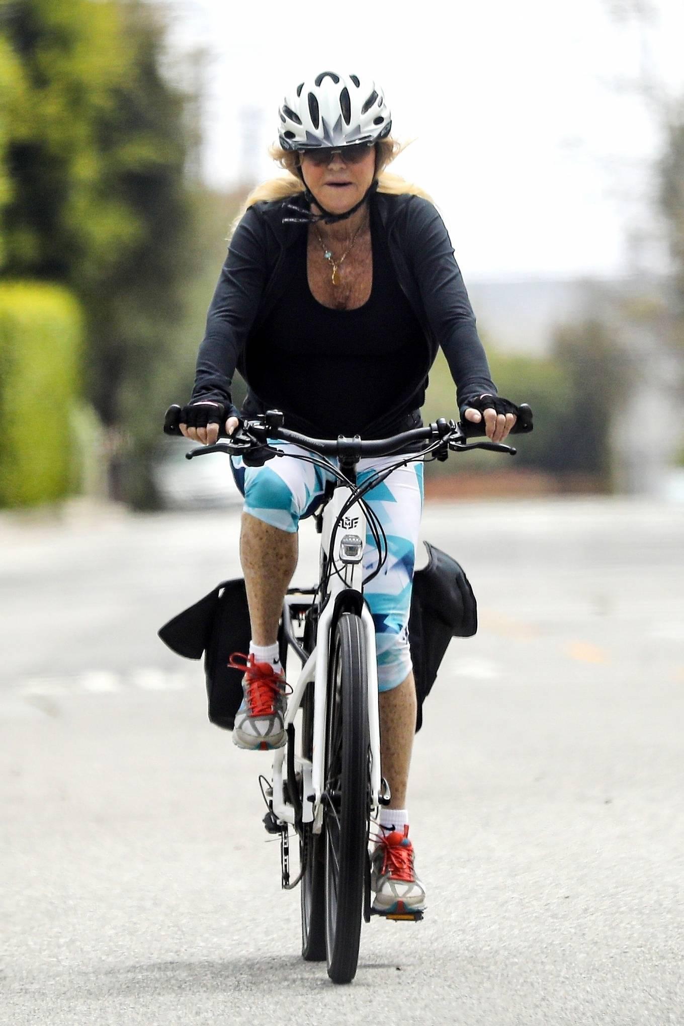 Goldie Hawn 2020 : Goldie Hawn – Bike Ride in Los Angeles-10