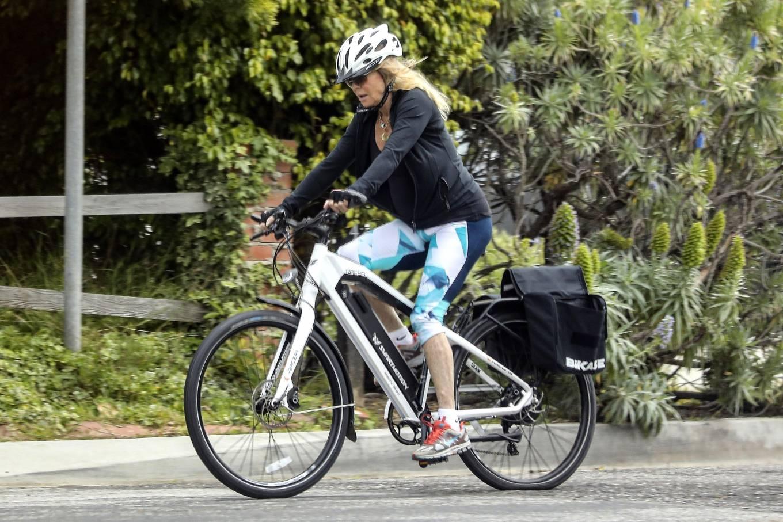 Goldie Hawn 2020 : Goldie Hawn – Bike Ride in Los Angeles-11