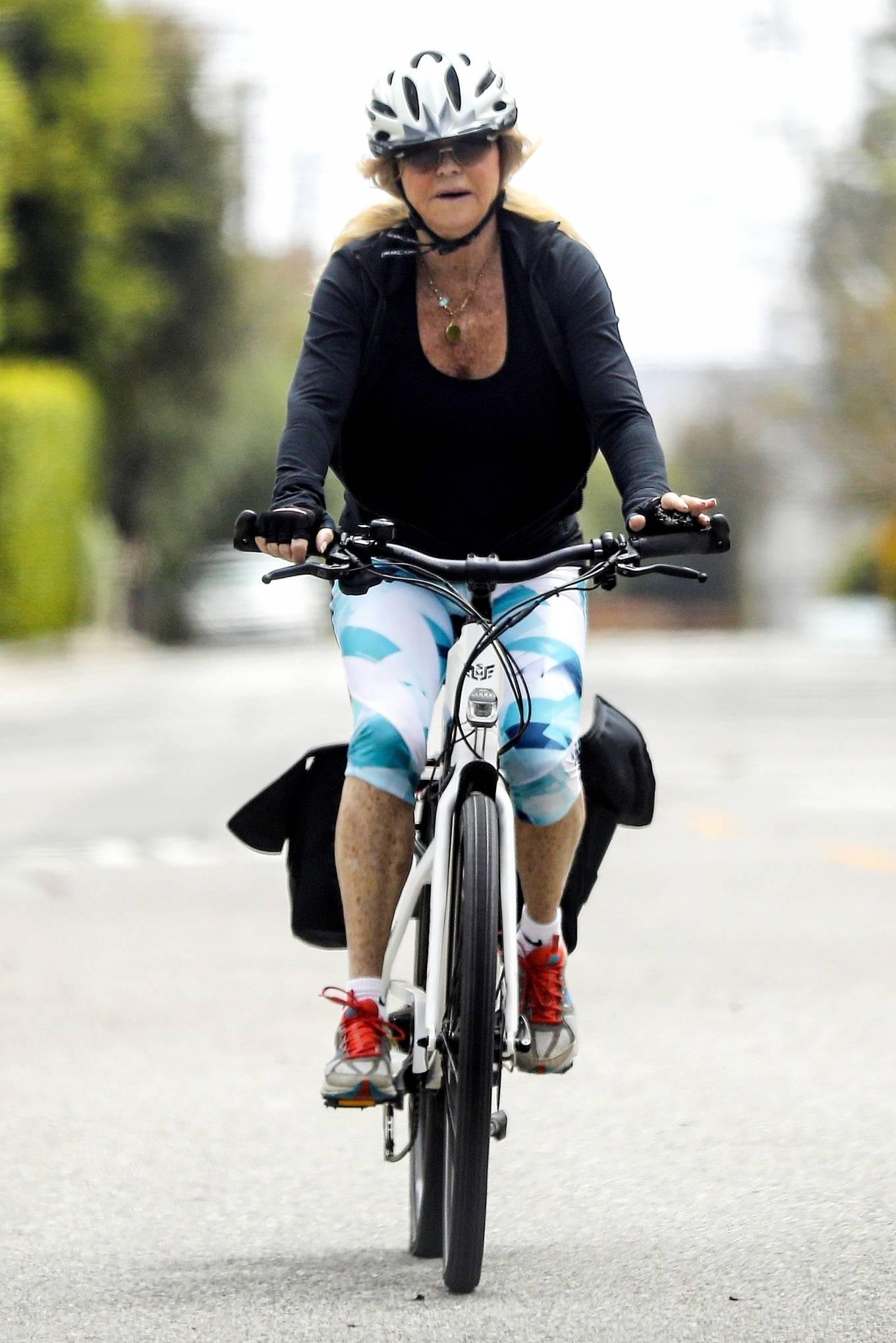Goldie Hawn 2020 : Goldie Hawn – Bike Ride in Los Angeles-12