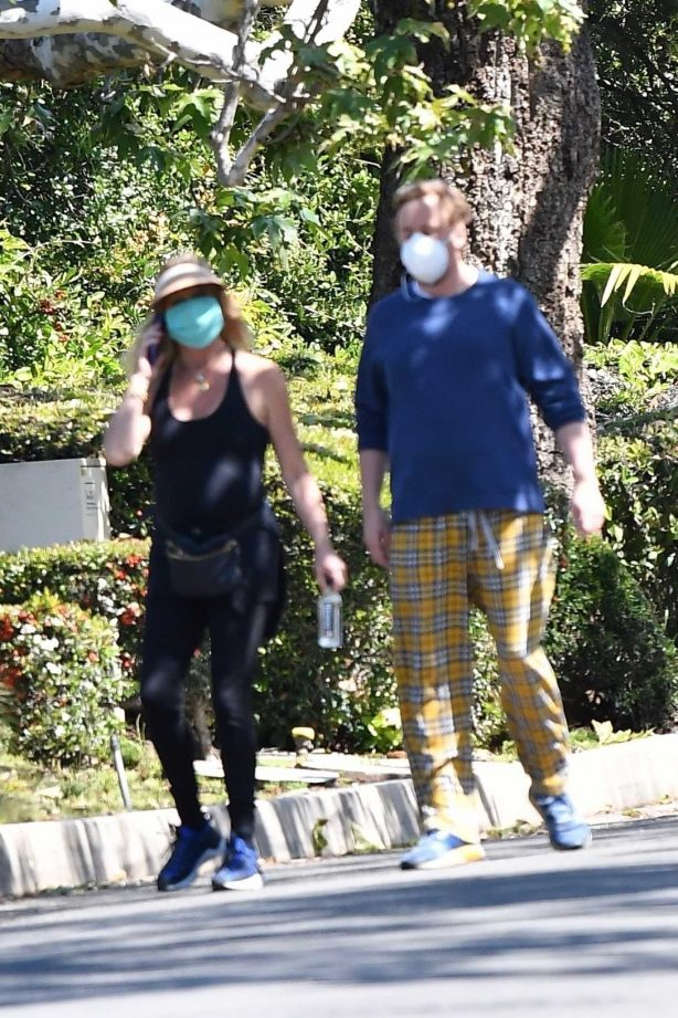 Goldie Hawn - Goue out for walk in Brentwood