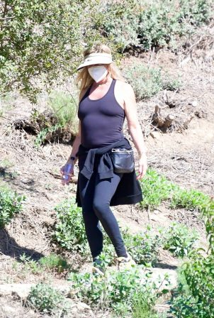 Goldie Hawn - Out for a hike with a friend in Brentwood