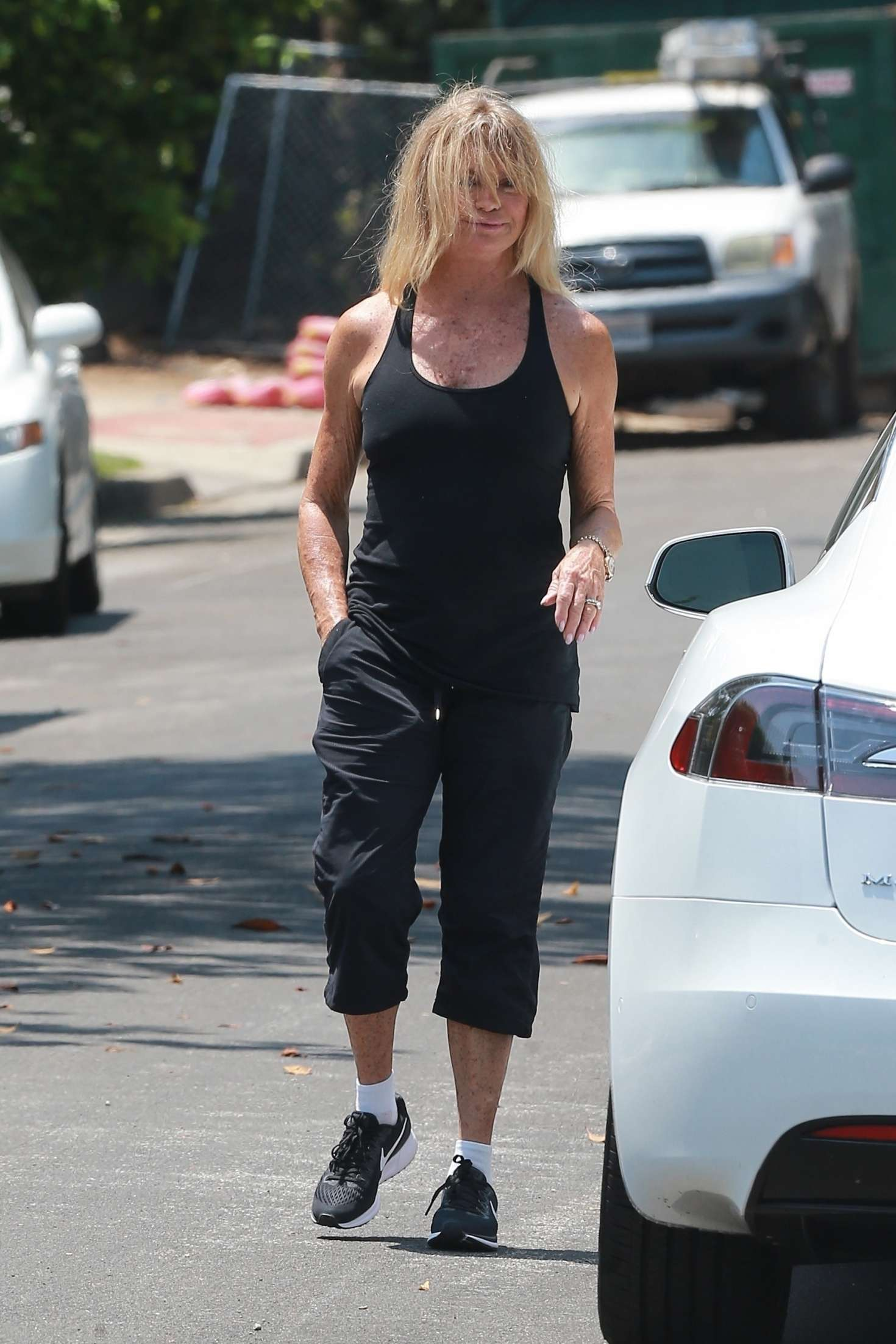 Goldie Hawn - Visits her son Oliver Hudson in Brentwood