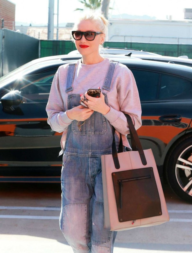 Gwen Stefani – Arrives at a music studio in Burbank