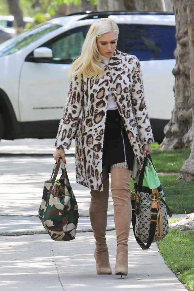 Gwen Stefani - Arrives at her parents house in Los Angeles