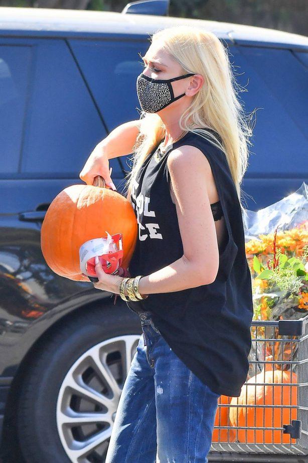 Gwen Stefani - Buy some pumpkins in Los Angeles