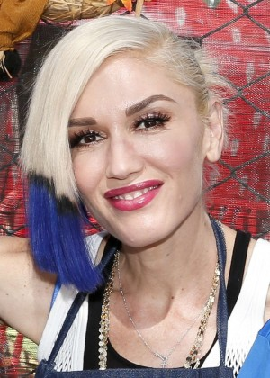 Gwen Stefani - Holiday Harvest Volunteer Event At Shawn's Pumpkin Patch in Culver City