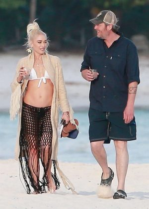 Gwen Stefani in Bikini Top in Playa del Carmen Pic 8 of 35
