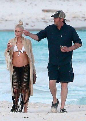 Gwen Stefani in Bikini Top in Playa del Carmen Pic 23 of 35