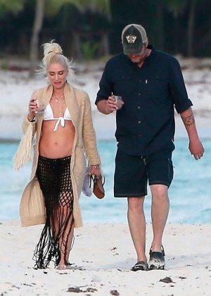 Gwen Stefani in Bikini Top in Playa del Carmen Pic 30 of 35