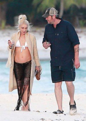 Gwen Stefani in Bikini Top in Playa del Carmen Pic 15 of 35