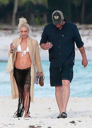 Gwen Stefani in Bikini Top in Playa del Carmen Pic 2 of 35