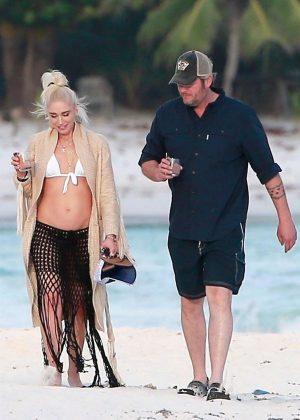 Gwen Stefani in Bikini Top in Playa del Carmen Pic 9 of 35