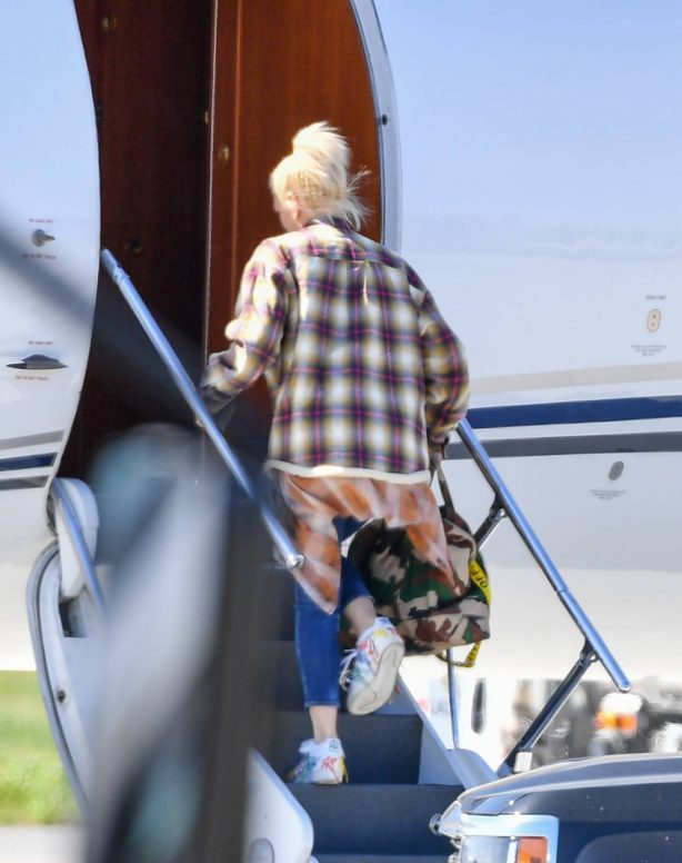 Gwen Stefani - Packs up the jet for a get away in Los Angeles