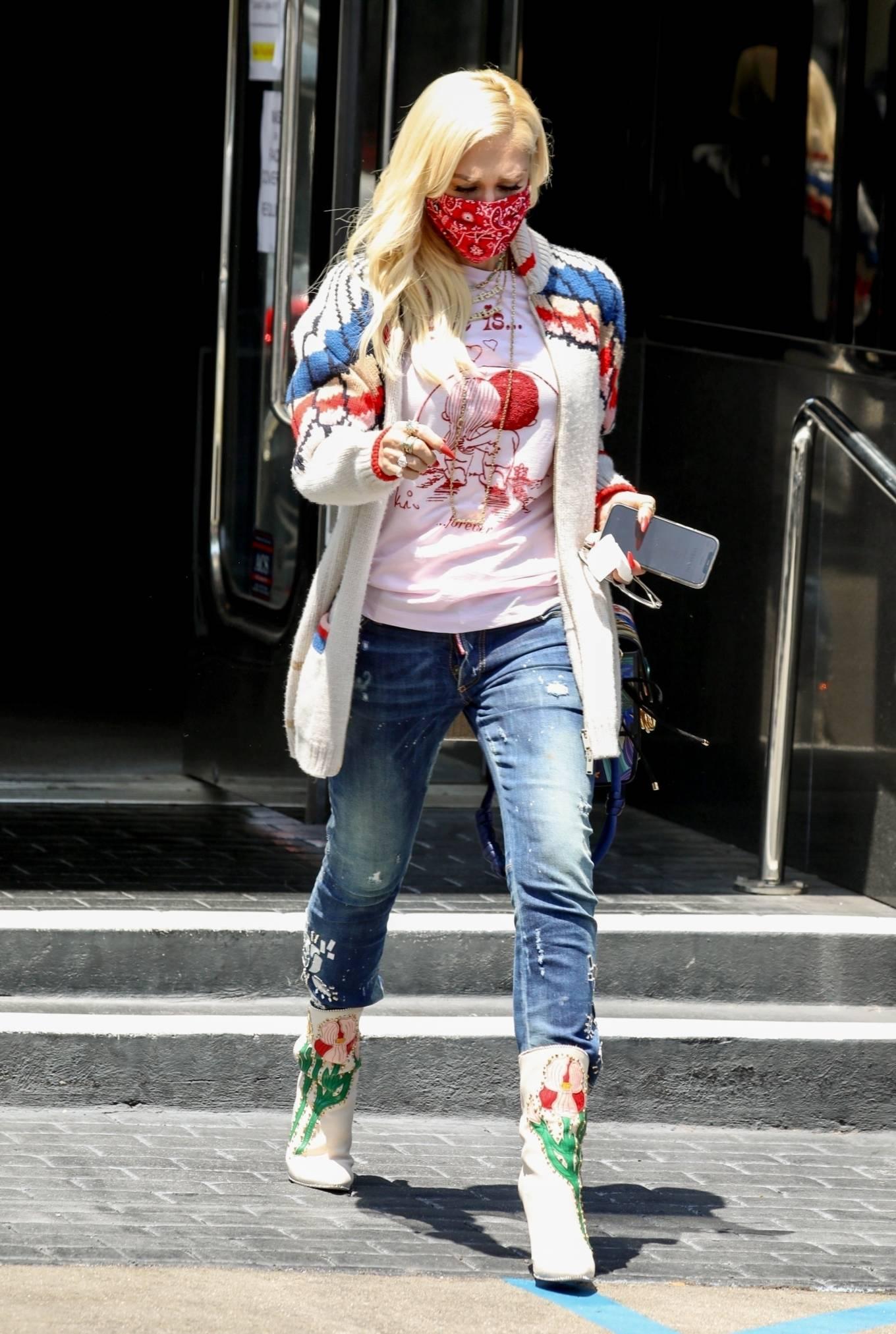 Gwen Stefan 2021 : Gwen Stefani- Seen at XIV Karats Ltd store in Beverly Hills-09