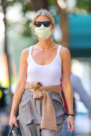 Gwyneth Paltrow - Wearing mask while out in New York