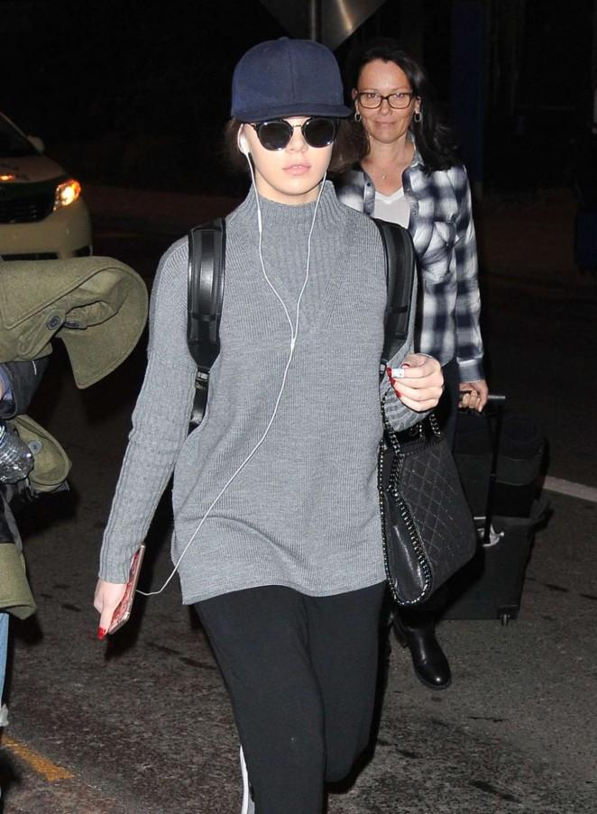 Hailee Steinfeld - Arrives at Airport in Philadelphia