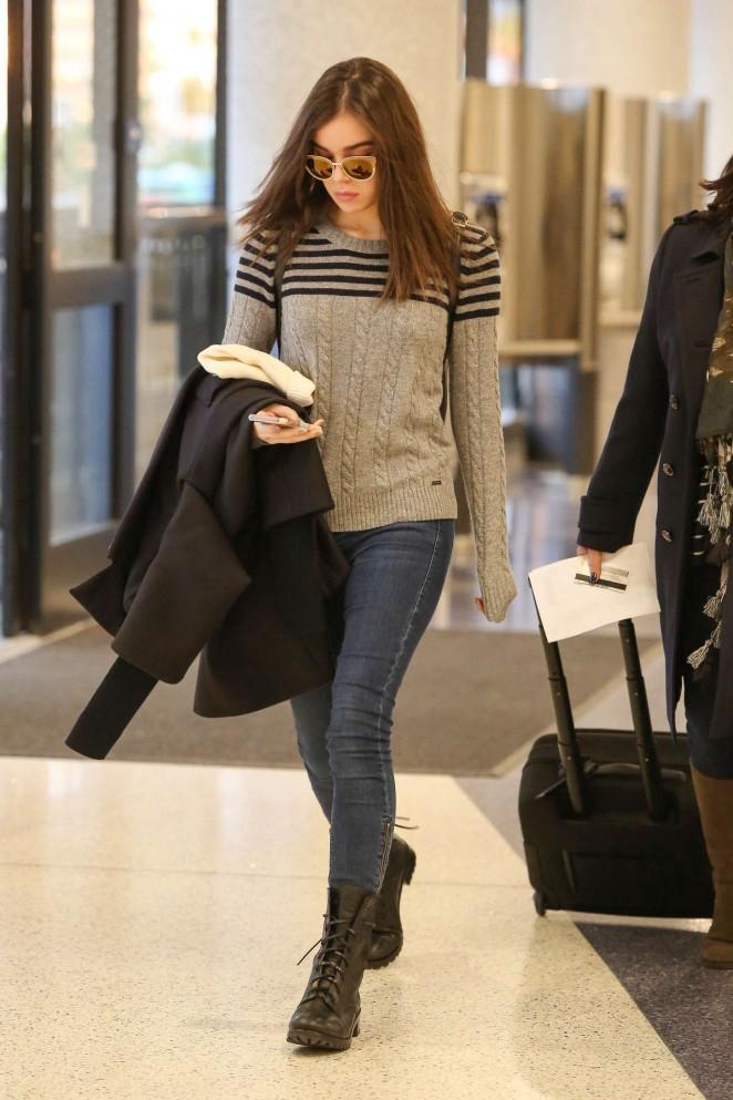 Hailee Steinfeld – Arrives at Los Angeles International Airport