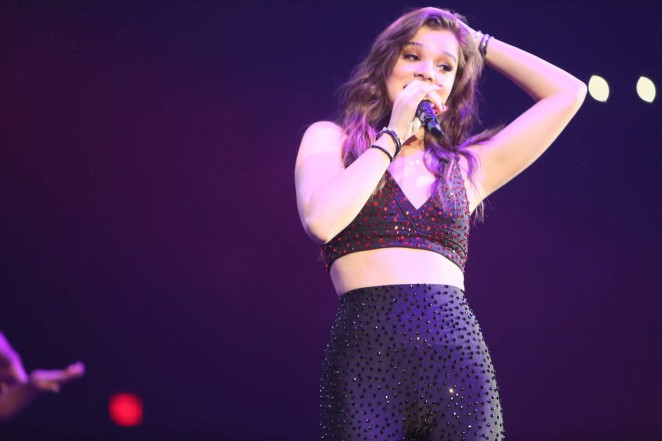 Hailee Steinfeld - B96's Jingle Ball 2015 in Chicago