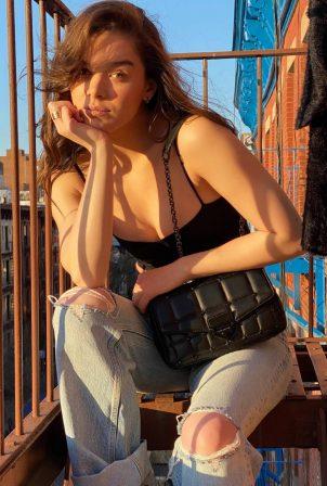 Hailee Steinfeld - Michael Kors SoHo bag (2021)